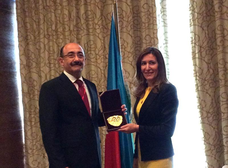 Министър Николина Ангелкова подари реплика на златната маска на Терес на министъра на културата и туризма на Република Азербайджан Абулфаз Гараев