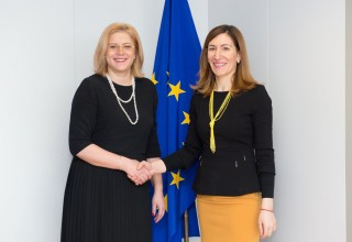 Министърът на туризма Николина Ангелкова заедно с еврокомисаря по регионална политика Корина Крецу.