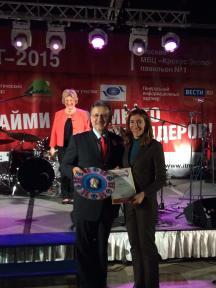 Золтан Шомоги, изпълнителен директор за програми и координация на Световната организация по туризъм връчи награда за активното участие на България в международното туристическо изложение Интурмаркет на министър Ангелкова.